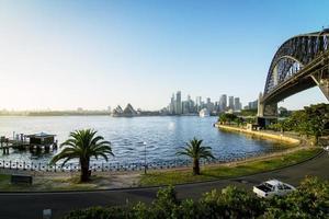 sydney, australia, 2020 - una strada e un ponte vicino a uno specchio d'acqua