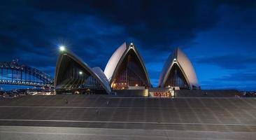 sydney, australia, 2020 - lunga esposizione del teatro dell'opera di sydney di notte