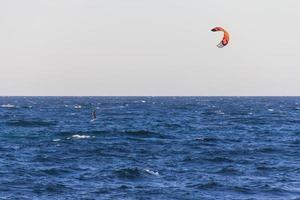 nuovo galles del sud, australia, 2020 - persona che fa parasailing sull'acqua