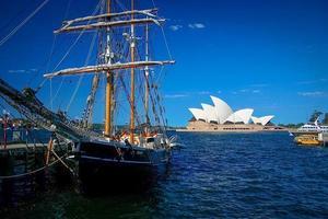 sydney, australia, 2020 - barca a vela vicino al teatro dell'opera di sydney