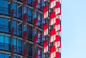 barangaroo, australia, 2020 - edificio con pannelli di vetro colorato rosso e bianco