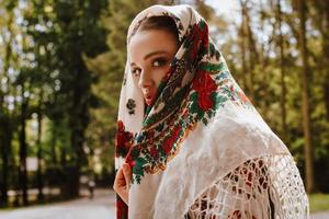 attraente ragazza in abito di ricamo
