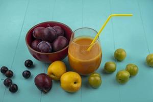 frutta fresca e succhi di frutta su sfondo blu