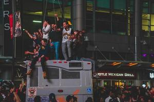 persone non identificate che celebrano i rapaci di Toronto