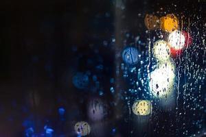 fari delle auto e lampioni sotto la pioggia