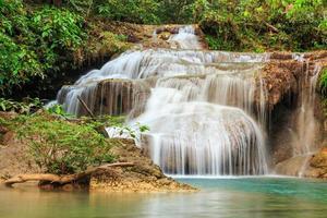 cascata di erawan, kanchanaburi, thailandia.