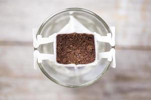 istantanea appena fatta tazza di caffè, sacchetto di gocciolamento caffè fresco foto
