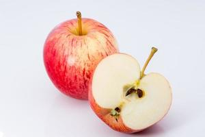 mele su sfondo bianco