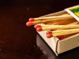 scatola di fiammiferi sulla superficie lucida marrone foto