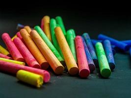 gesso colorato su sfondo scuro