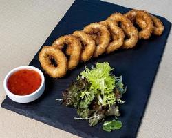 anelli di cipolla con salsa al peperoncino