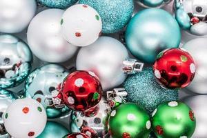 vista dall'alto di palline di Natale assortite