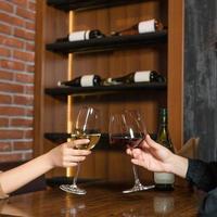 donne tintinnano bicchieri di vino al bar foto