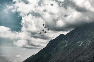 brienz, svizzera, 2020 - aeroplani che volano in formazione