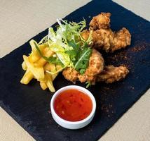 calamari fritti e patatine fritte