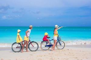 famiglia in sella a biciclette su una spiaggia