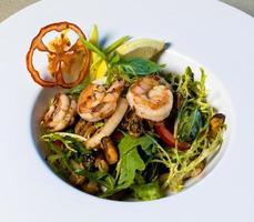 gamberi scampi, insalata di verdure da vicino foto
