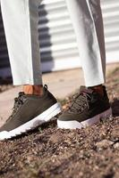 uitenhage, sud africa, 2020 - persona che indossa scarpe fila marroni foto