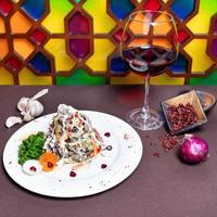 gustosa insalata e vino rosso con sfondo colorato