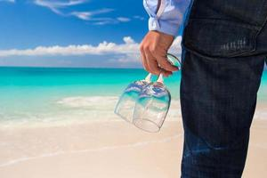 primo piano di una persona con gli occhiali su una spiaggia