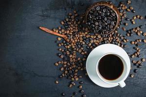 tazza di caffè e chicchi di caffè tostati foto