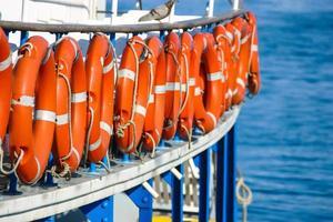 primo piano di una barca con salvagenti anulari su di esso