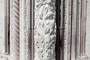 toscana, italia, 2020 - un primo piano di rilievo su un edificio della chiesa