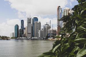 brisbane, australia, 2020 - skyline della città vicino a uno specchio d'acqua durante il giorno