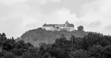 hessen, germania, 2020 - scala di grigi del castello di waldeck