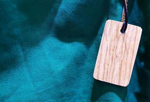 etichetta di legno vuota su tela verde blu foto