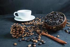 tazza di caffè e chicchi di caffè tostati