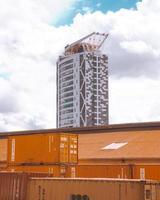 kampala, uganda, 2020 - container di merci di fronte a un grattacielo