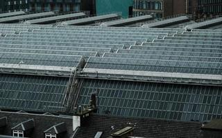 glasgow, scozia, 2020 - pannelli solari in una città
