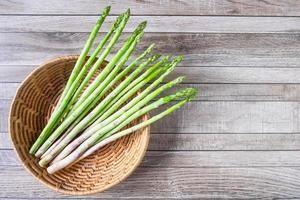 asparagi in un cesto su un tavolo