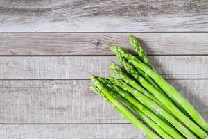 asparagi freschi sulla tavola di legno