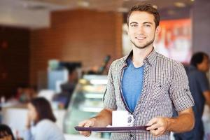 uomo con una tazza su un vassoio foto