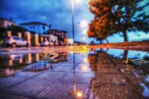 marciapiede bagnato di notte foto