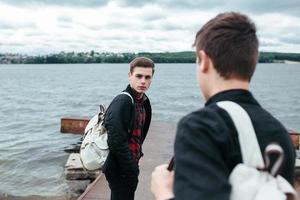due giovani ragazzi in piedi su un molo