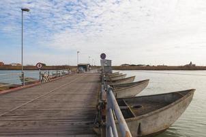 Ponte di barche sull'estuario del fiume Po ', Italia foto