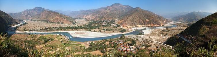vista autunnale del fiume Tamakoshi Nadi nell'Himalaya nepalese