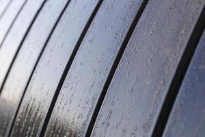 gocce di rugiada mattutina su una panca in legno foto