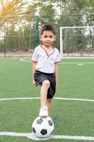 piccolo ragazzo che gioca a calcio