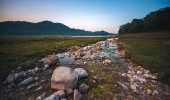 vista del paesaggio della natura del flusso di acqua dolce foto