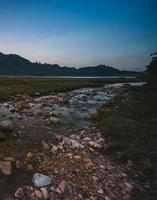 vista del paesaggio della natura del flusso di acqua dolce