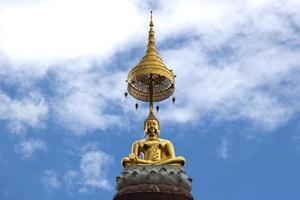 statua d'oro del buddha davanti al cielo
