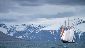 barca a vela sull'acqua