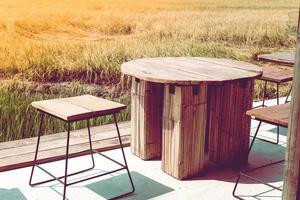 tavolo e sedie del patio vicino al campo in erba