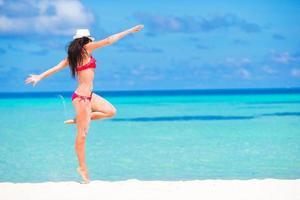 donna che si diverte in spiaggia foto