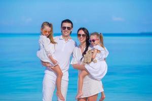 due genitori e figli in vacanza estiva