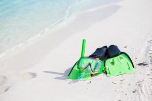 attrezzatura per lo snorkeling su una spiaggia